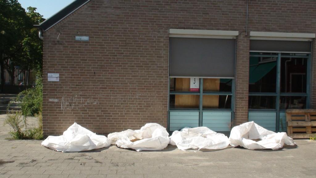 Gezeefd graan ligt te drogen in de zakken op het plein bij 't Boschveld
