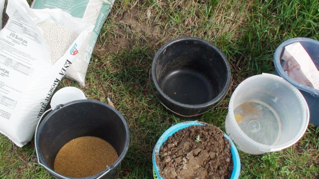 Ingrediënten om de bodem te voorzien van Inkarnaatklaverzaad, speelzand, magnesium en nog een ander goedje(?)